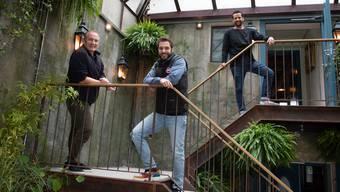 Freuen sich auf die Eröffnung der «Hafenbeiz»: Gastronom Michel Péclard, Geschäftspartner Florian Weber und Barkeeper Ibram Zaki im Wintergarten des Lokals in Kilchberg.