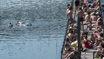 Kinder und Erwachsene drängen sich in der Junihitze am Letten in Zürich