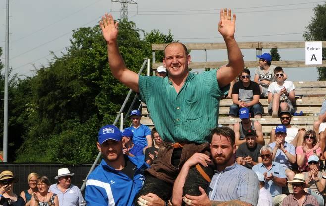 Bruno Gisler lässt sich nach seinem Heimsieg am Solothurnischen feiern.