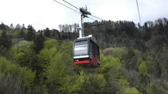 Bis zur Wiederaufnahme des Betriebs am Samstag verkehren zwischen der Talstation und dem Restaurant Felsenegg Ersatzbusse im Halbstundentakt. (Archivbild)