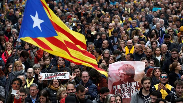 Unterstützung für den Ex-Präsidenten in Barcelona: Die Verhaftung von Carles Puigdemont treibt viele Katalanen erneut auf die Strasse. Manu Fernandez/AP/Keystone