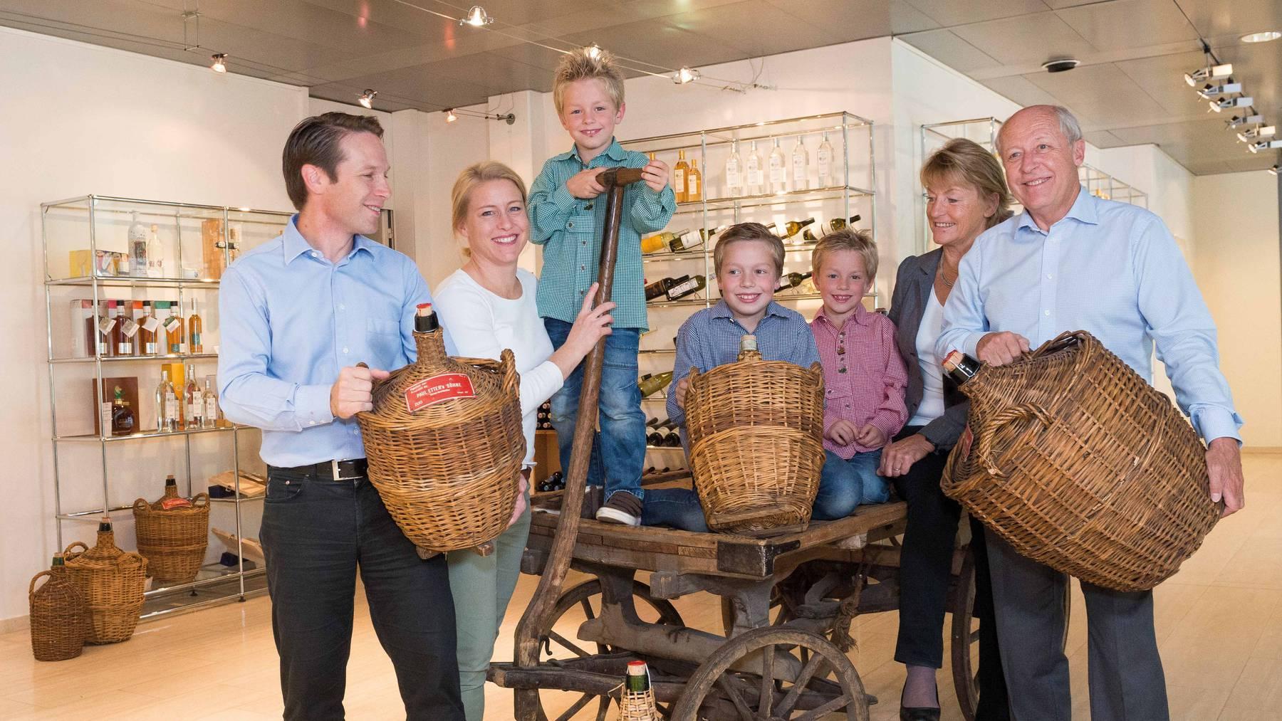 Drei Generationen Etter auf einem Bild: Geschäftsleiter Gabriel und Eveline Galliker-Etter (von links) mit ihren Söhnen sowie Verwaltungsratspräsident Hans Etter und seine Frau.