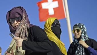 Das Tragen des Kopftuchs löst kontroverse Debatten aus (Symbolbild).