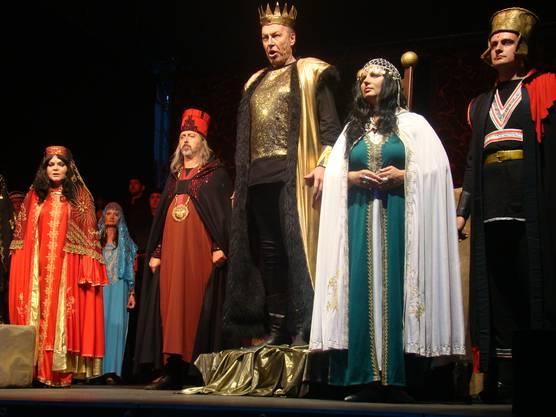 (von links) Abigaille, Hohenpriester des Baals, Nabucco, Fenena, Krieger
