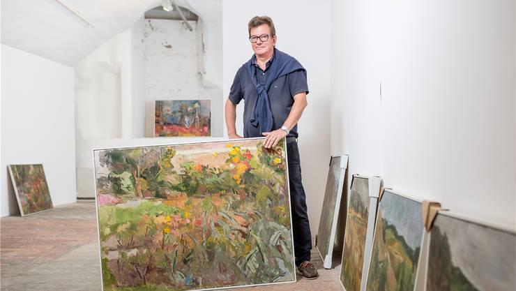 Carlo Mettauer mit den Werken von Walter Kuhn. Ihm hat er die neuste Ausstellung gewidmet.Sandra Ardizzone
