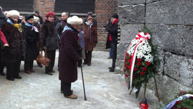 Ehemalige Häftlinge des Konzentrationslagers gedenken der Toten