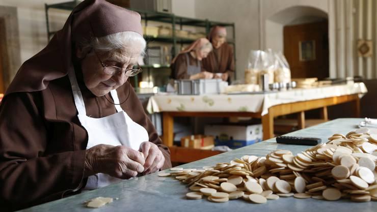 Mit viel Handarbeit werden die Hosten produziert, wie hier im Klostern Namen Jesu in Solothurn.