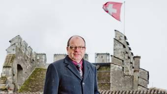 Hansedi Suter vor «seinem» Schloss Habsburg. Emanuel Freudiger