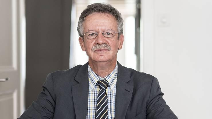 Martin Killias in seinem Büro in Lenzburg. Die Debatte über die Durchsetzungsinitiative ist der SVP ist ihm zu abgehoben.