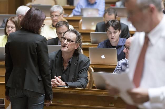 Nationalrat Geri Müller unterhält sich im Nationalrat mit Parteikollegin Yvonne Gilli (SG).