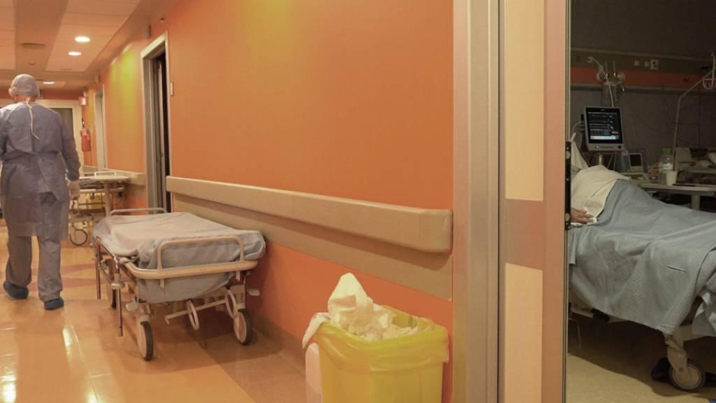 ARCHIV - Eine Covid-Station in einem Krankenhaus in Rom. Foto: Andrea Rosa/AP/dpa