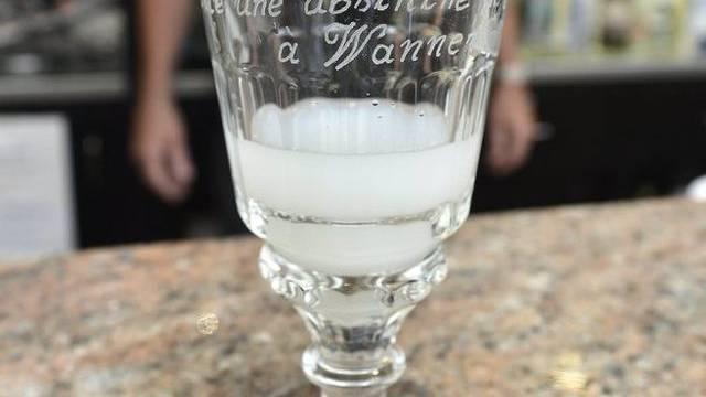 Absinth wird meist mit Wasser verdünnt getrunken (Archiv)
