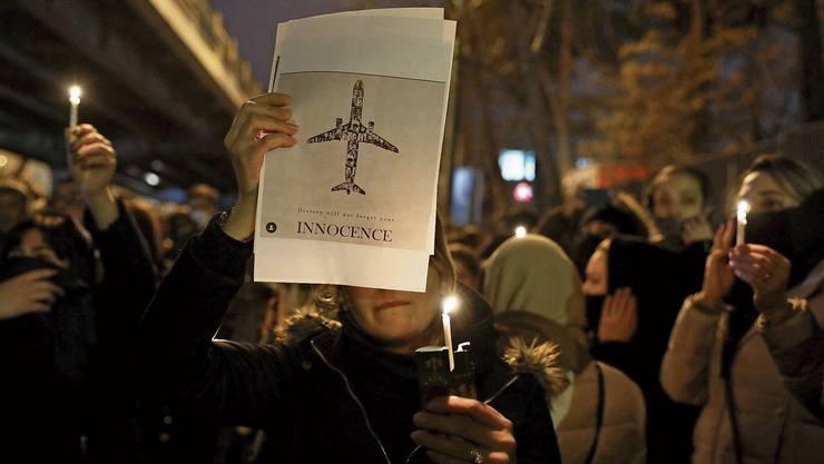 Studenten trauern vor der Amir-Kabir-Universität in Teheran um die Opfer des Flugzeugabsturzes.