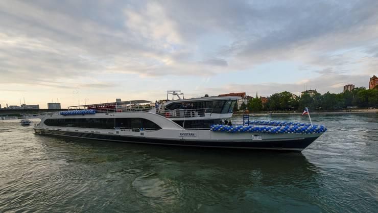 Der «Rhystärn» ist seit einem Jahr im Einsatz. Wegen Niedrigwasser und Bauarbeiten musste er bisher immer kurz vor Rheinfelden wenden.Bild: Martin Toengi (Basel, 18. Mai 2018)