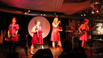Muda Mathis (zweite v. l.) tritt hier mit der Performanceband Les Reines Prochaines im Kulturlokal Dampfschiff auf.