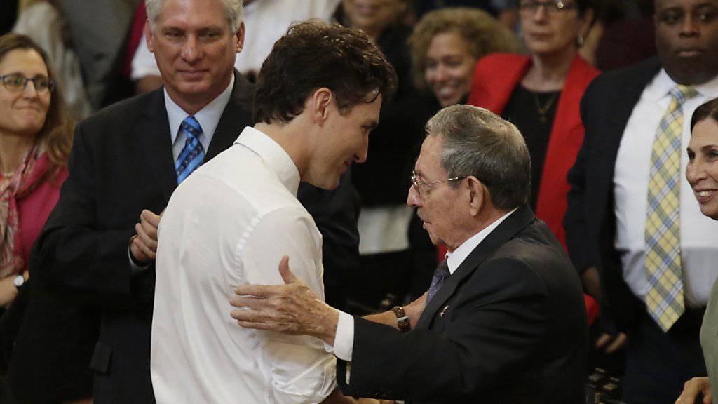 Kubas Staatschef Raul Castro begrüsst Kanadas Regierungschef Justin Trudeau an der Universität von Havanna.