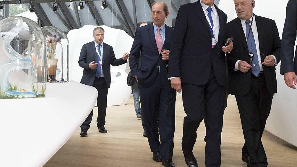 Der Nestlé-CEO Paul Bulcke, Verwaltungsratspräsident Peter Brabeck-Letmathe und Bundespräsident Johann Schneider-Ammann (v.l.n.r.) bei der Besichtigung der Ausstellung von «Nest».