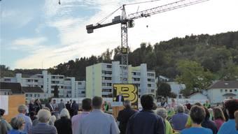 Grosses Interesse anlässlich der Grundsteinlegung. Auslöser für den Neubau sind die immer knapperen bis ungenügenden Platzverhältnisse im Altersheim Pfauen und die demografische Entwicklung.