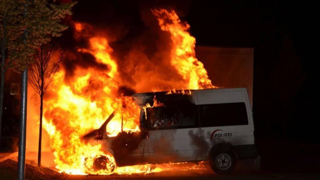 Ein Fahrzeug der Baselbieter Polizei ist ausgerechnet auf dem Areal des Feuerwehrmagazins von Allschwil in Flammen aufgegangen.
