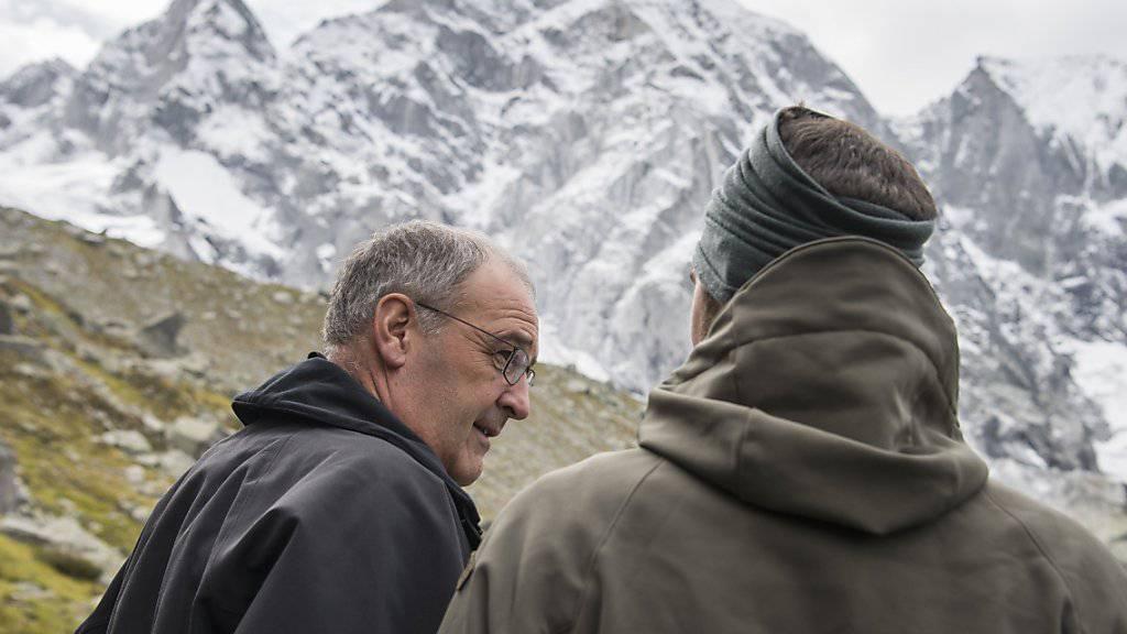 Der Bundesrat und der Berg: Guy Parmelin (links) besuchte am Mittwoch das Bergsturzgebiet im Bergell. Im Hintergrund der Piz Cengalo, wo sich am 23. August der grosse Bergsturz ereignete.