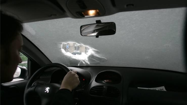 So fahren ist gefährlich und strafbar: Das Bezirksgericht Horgen verurteilte einen Autofahrer zu einer bedingten Geldstrafe und einer Busse. (Symbolbild)