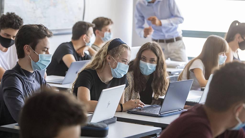 Aargauer Schüler der Sekundarstufe II lernen im Fernunterricht