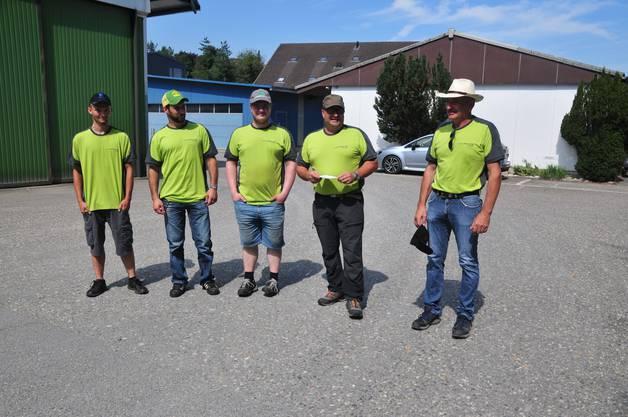 Forstteam: Revierförster Stefan Probst (zweiter von rechts) stellt die Mitarbeitenden und Lehrlinge Remo Flückiger, Frederik von Arx, Clemens Meier und Dominik Plüss (von links) vor. Es fehlt: Noel Wipf.