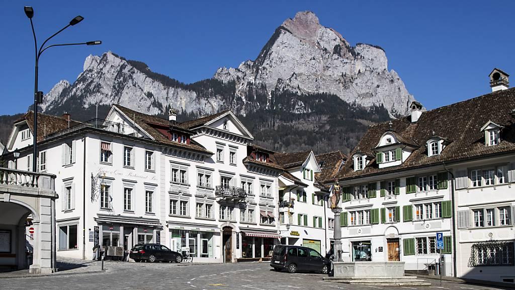 Die Kantonspolizei nahm auf dem Hauptplatz in Schwyz zwei Männer fest, die mutmasslich 28 Autos aufgebrochen hatten. (Archivaufnahme)