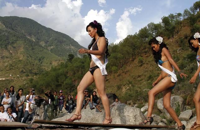 Tenzin Yangkyi schreitet über den Laufsteg