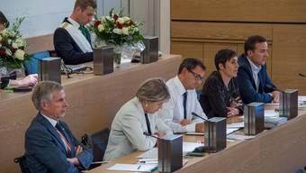 Podium statt Regierung: Von links das FDP-Trio Herbert H. Scholl, Corina Eichenberger, Moderator Daniel Heller, Barbara Gysi und Silvan D. Amberg. Hinten Zofingia-Zentralpräsident Marc Sollberger.