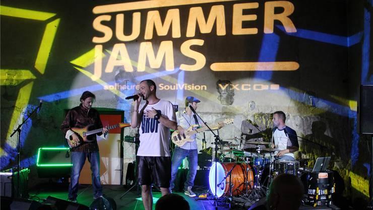 Rapper Greis (vorne) findet, «die Jungs altern gut»: Sam Siegenthaler, Pascal Käser und JJ Flück (hinten, v.l.) feiern zehn Jahre «Summerjam» und zehn Jahre «JJ's Hausband».