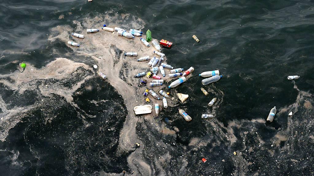 Leere Plastikflaschen und schwimmender Müll an der Mittelmeerküste in Beirut: Insgesamt fliessen laut einer Studie hunderttausende Tonnen von Plastikmüll ins Mittelmeer.