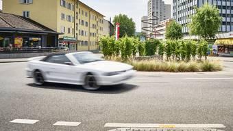 Lauter als die Polizei erlaubt: Die Landstrasse in Wettingen ist beliebt bei Fahrern, die Motoren aufheulen lassen und nach Kreiseln stark beschleunigen. (Symbolbild)