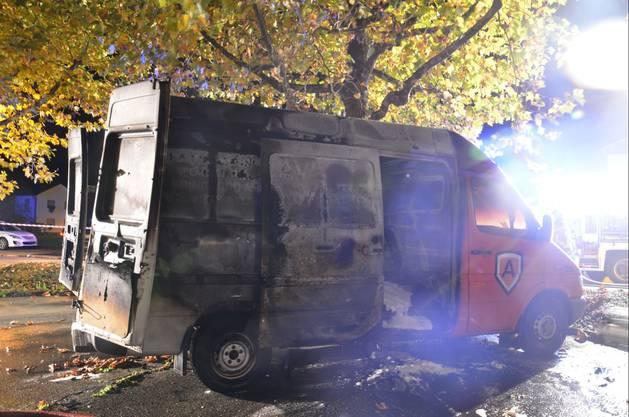 Der Lieferwagen wie auch der Personenwagen wurden mutmasslich absichtlich in Brand gesteckt
