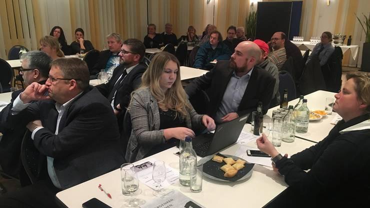 Die zahlreichen Mitglieder und Sympathisanten lauschen aufmerksam den Ausführungen von CVP KR Josef Wiederkehr