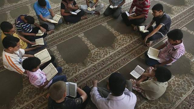 Knaben lesen den Koran in einer Koranschule (Symbolbild)