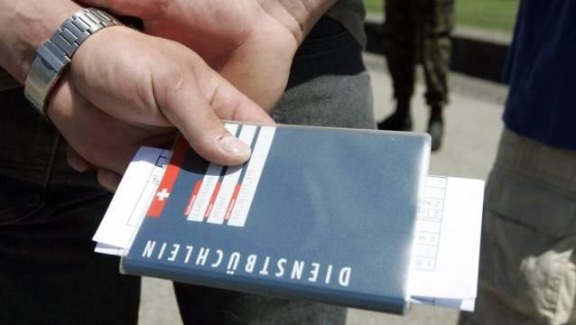 Das blaue Dienstbüchlein ist längst ein Symbol der Identität. (Archivbild)