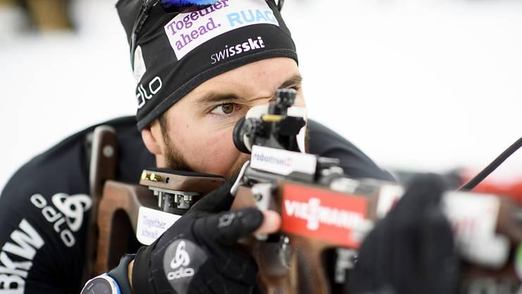 Der Schweizer Biathlet Benjamin Weger beim Liegend-Anschlag