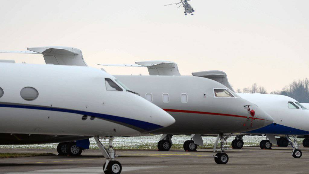 Die Stadtregierung von Dübendorf wehrt sich vehement dagegen, dass der Flugplatz Dübendorf für die zivile Fliegerei genutzt werden soll. Im Bild parkierte Jets der Teilnehmer  des World Economic Forums (WEF) im vergangenen Januar.