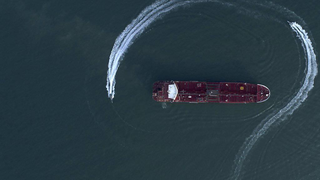 Schnellboote der iranischen Revolutionsgarden umkreisen ein Tankerschiff. Laut der Nachrichtenagentur Irna setzten sie  ein Schiff wegen des Schmuggels von 700'000 Litern Treibstoff fest.(Archivbild)