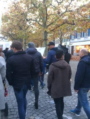 Auch der suspendierte Stefan Maierhofer marschiert in Aarau mit den Fans.
