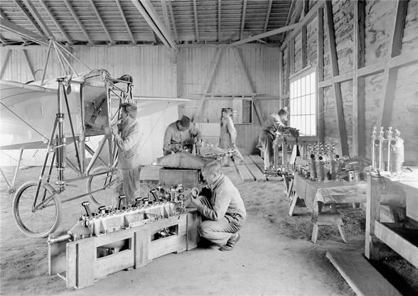 Erste Bundesarchiv-Fotos aus dem Ersten Weltkrieg sind bereits in Wikipedia integriert. So wurde entdeckt, dass diese Reparaturszene eines Blériot-Eindeckers bloss gestellt war.