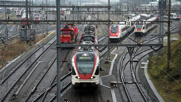 Nach wie vor fahren viele Züge in den Bahnhof Basel ein. Doch in einigen ist es sehr eng geworden. KEYSTONE/Georgios Kefalas