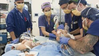 An der Operation waren über 20 Ärzte, Krankenschwestern und Pfleger beteiligt.