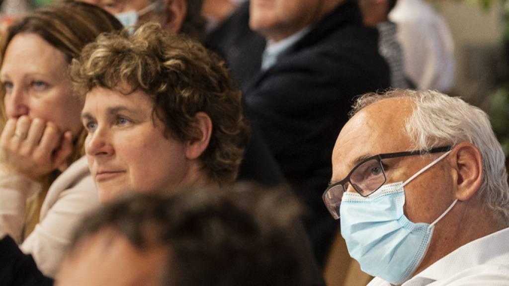Als Maskenträger in der Minderheit: Der bernische Gesundheitsdirektor Pierre Alain Schnegg (rechts im Bild). (KEYSTONE/Alessandro della Valle)