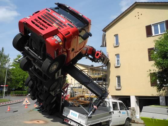 Der gekippte Lastwagen muss gestützt werden.