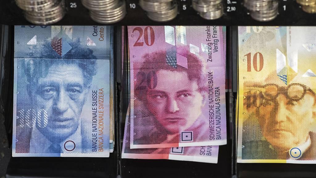 Zuger Polizei nimmt zwei Geldwechselbetrüger fest