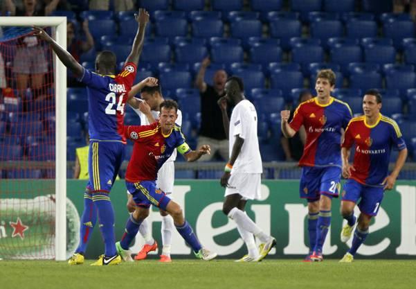 ... Marco Streller trifft herrlich zum 1:0 für den FC Basel