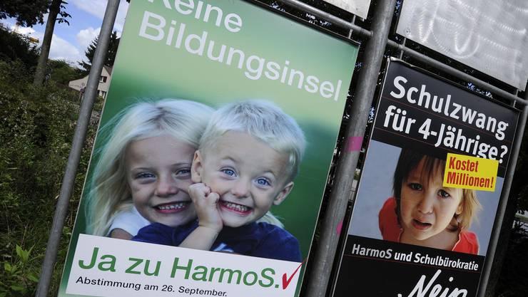 Pro- und Contra-Plakate zu Harmos.