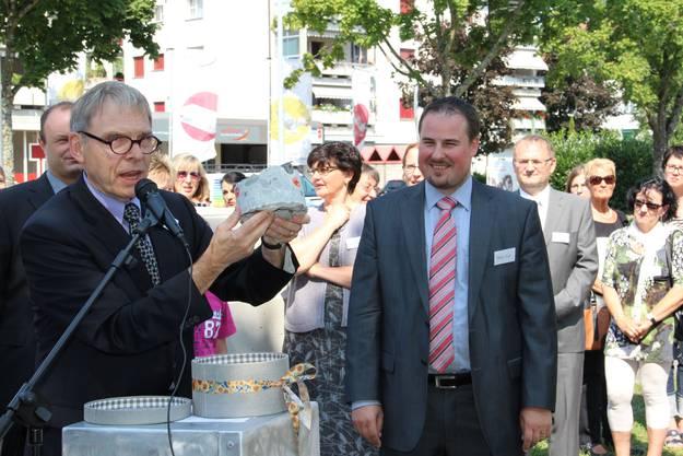 Architekt Fritz Gläser überreicht dem Präsidenten Tobias Kull ein Erinnerungsstück an den Umbau
